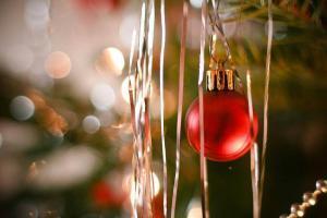rote Christbaumkugel am Baum