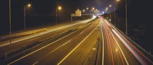 Nachtaufnahme einer Straße