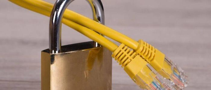 Netzwerkkabel welches durch ein Vorhängeschloss geführt wird