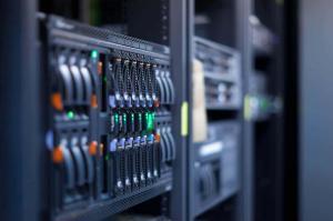 Bild von einem Server im Rack fürs Hosting
