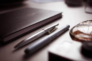 Stifte auf einem Schreibtisch