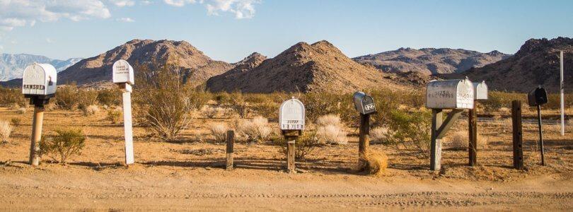 Postkästen am Straßenrand der Wüste